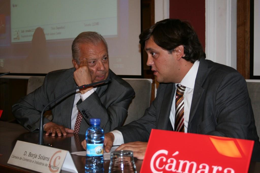 Sergio Romero, embajador de Chile en España, conversa con Borja Solans, vicepresidente de la Comisión de Internacional de la Cámara de Comercio