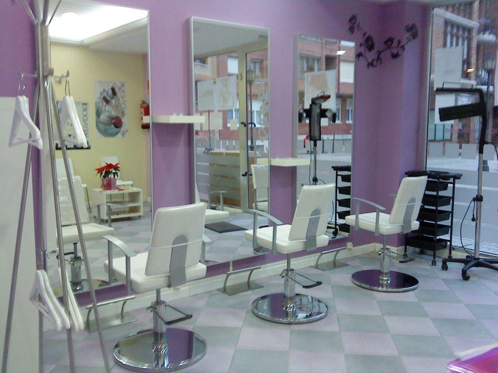 Curso actividades auxiliares de peluquer a formaci n y for Disenos de espejos para peluqueria