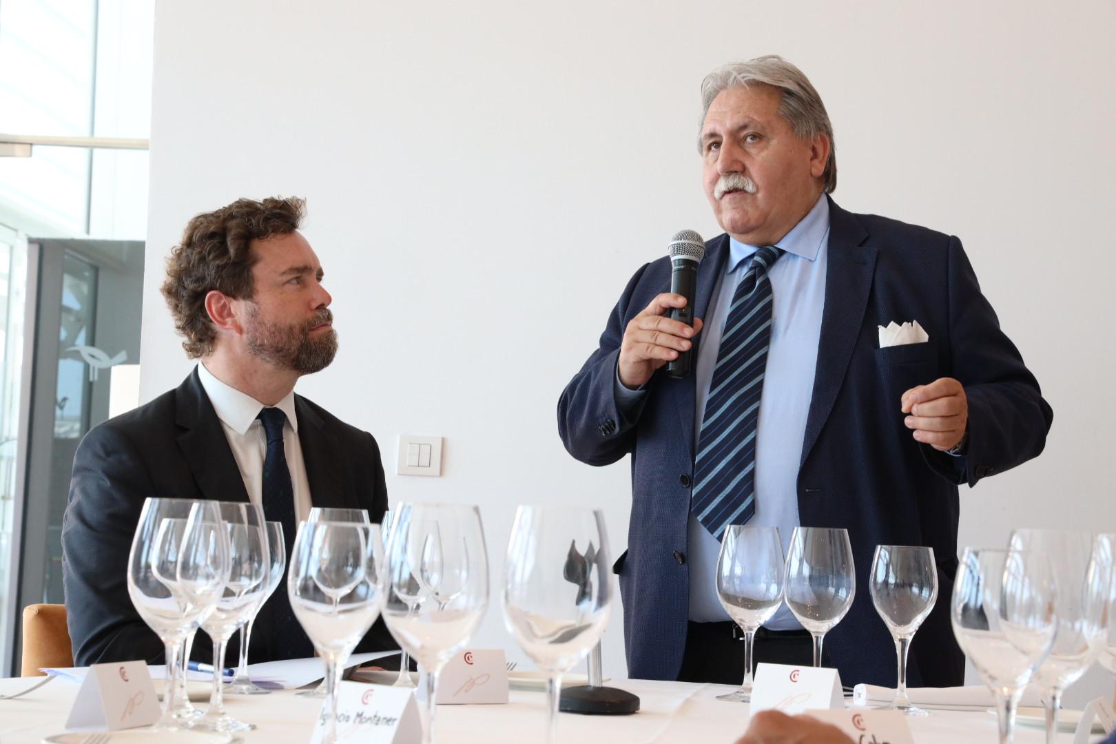 Espinosa de los Monteros mantiene un encuentro con el Club Líder